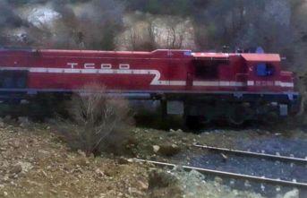 Heyelan nedeniyle tren yoldan çıktı, facia ucuz atlatıldı