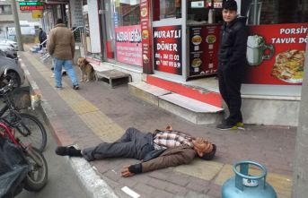 Sokak ortasında bayıldı, korona korkusuyla kimse yaklaşamadı!