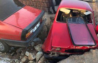 Otomobil yolda açılan çukura düştü, sürücü yaralandı!
