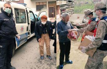 Trabzon'da polis ve jandarma yaşlıların yardımına...