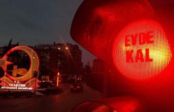 """Trabzon'da trafik ışıklarına """"Evde Kal""""..."""