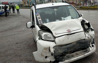 Kamyonet otomobile çarptı: 2 yaralı