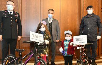 Bakan Soylu'dan 'evde kalın' çağrısı yapan kardeşlere bisiklet hediyesi