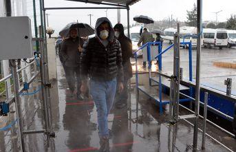 İşçiler fabrikaya dezenfekte edilerek alındı