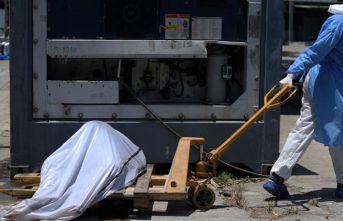 Sokaklardan koronavirüsten ölenlerin cesetleri toplanıyor