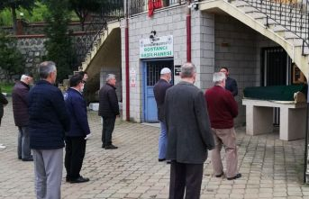 Trabzon'da cenazede de sosyal mesafeye uyuldu