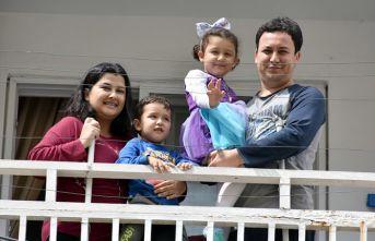 Küçük kıza balkondan doğum günü kutlaması