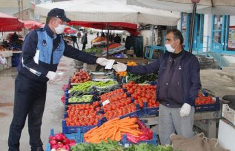 Bayburt halk pazarında maske dağıtıldı