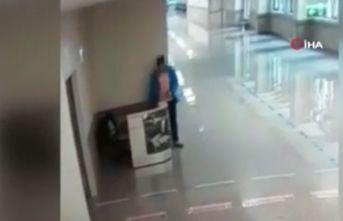 Doktor ve hemşirenin çantasını çaldı