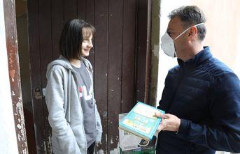Belediye başkanı kapı kapı dolaşıp kitap dağıttı