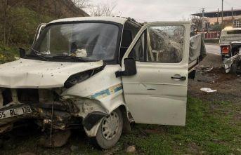 Kamyonet ile otomobil çarpıştı: 3 yaralı