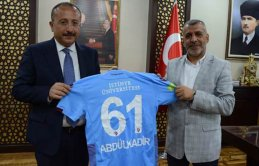 Vali Atik'ten Trabzonspor taraftarına forma