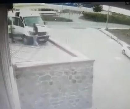 Ayağı takıldı; 3 metre yükseklikten yere düştü