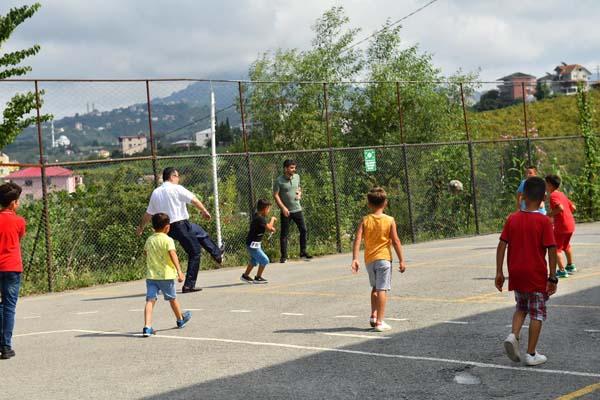 Genç çocuklarla mahalle maçına çıktı
