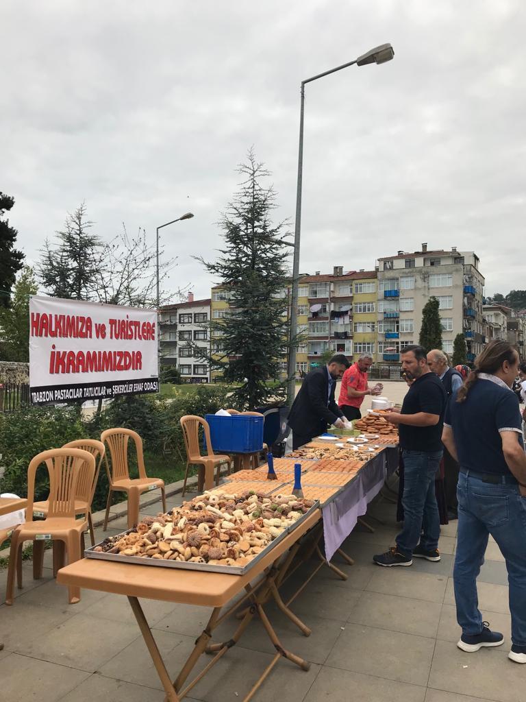 Trabzon'da 300 Kilo tatlı dağıttılar