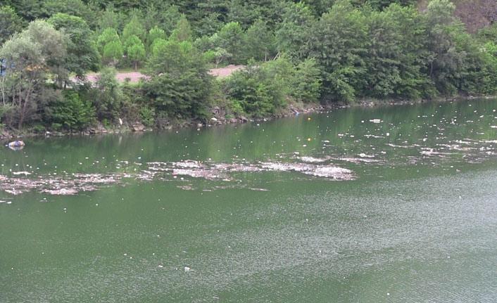 Baraj gölü kurban atıklarıyla doldu