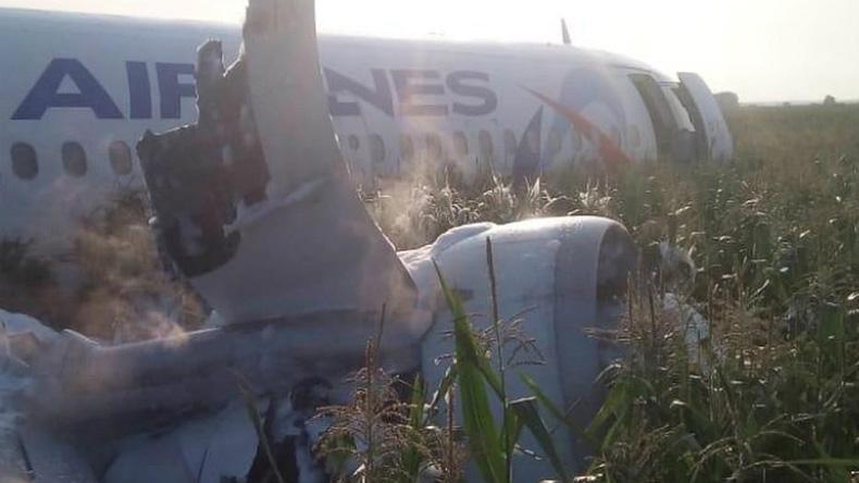 Yolcu uçağı mısır tarlasına acil iniş yaptı