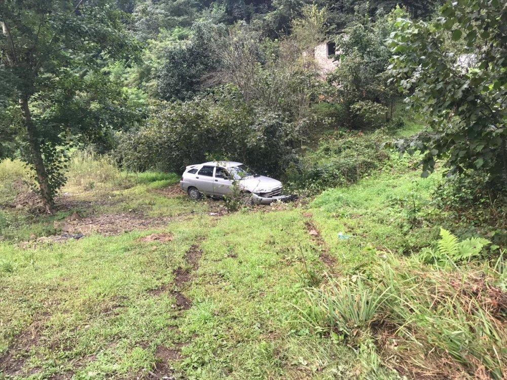 Kontrolden çıkan otomobil otokorkuluklara çarptı