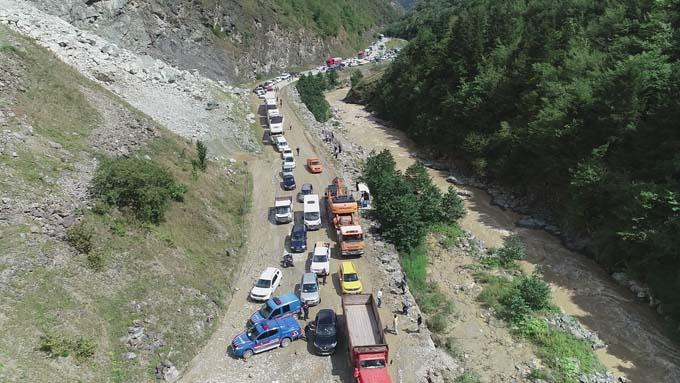 Trabzon'un Araklı ilçesinde meydana gelen heyelan nedeniyle Araklı Dağbaşı-Bayburt kara yolu ulaşıma kapandı.