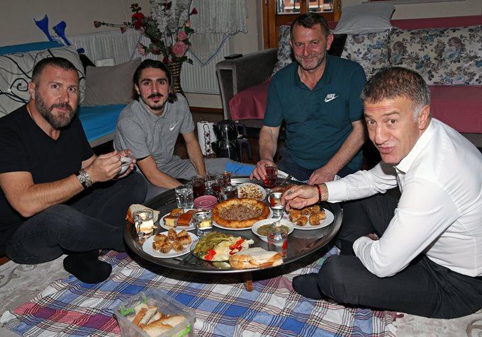 Başkan Ağaoğlu Abdülkadir ile yer sofrasında