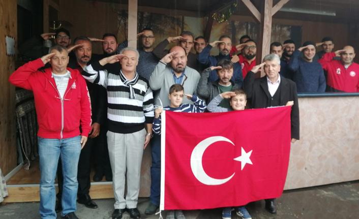 O çirkin pankarta Türkler sessiz kalmadı