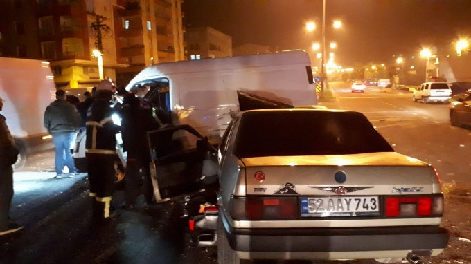 Ordu'da kaza - Biri araçta sıkıştı diğeri kaçtı