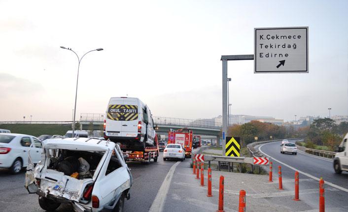 Basın Ekspres Yolunda servis aracı otomobile çarptı