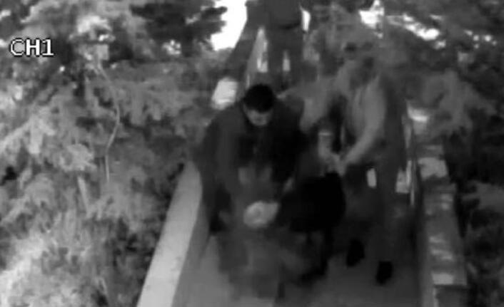 Ödemeyi geciktirdiği için öğretmen adayını tekme tokat dövdüler