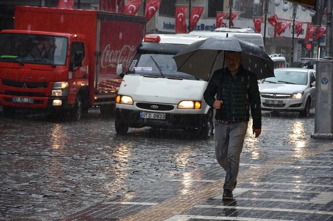 Meteoroloji uyarmıştı - Trabzon'da şiddetli yağış başladı