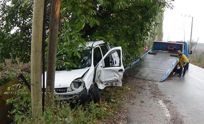 Hafif ticari araç ile otomobil çarpıştı