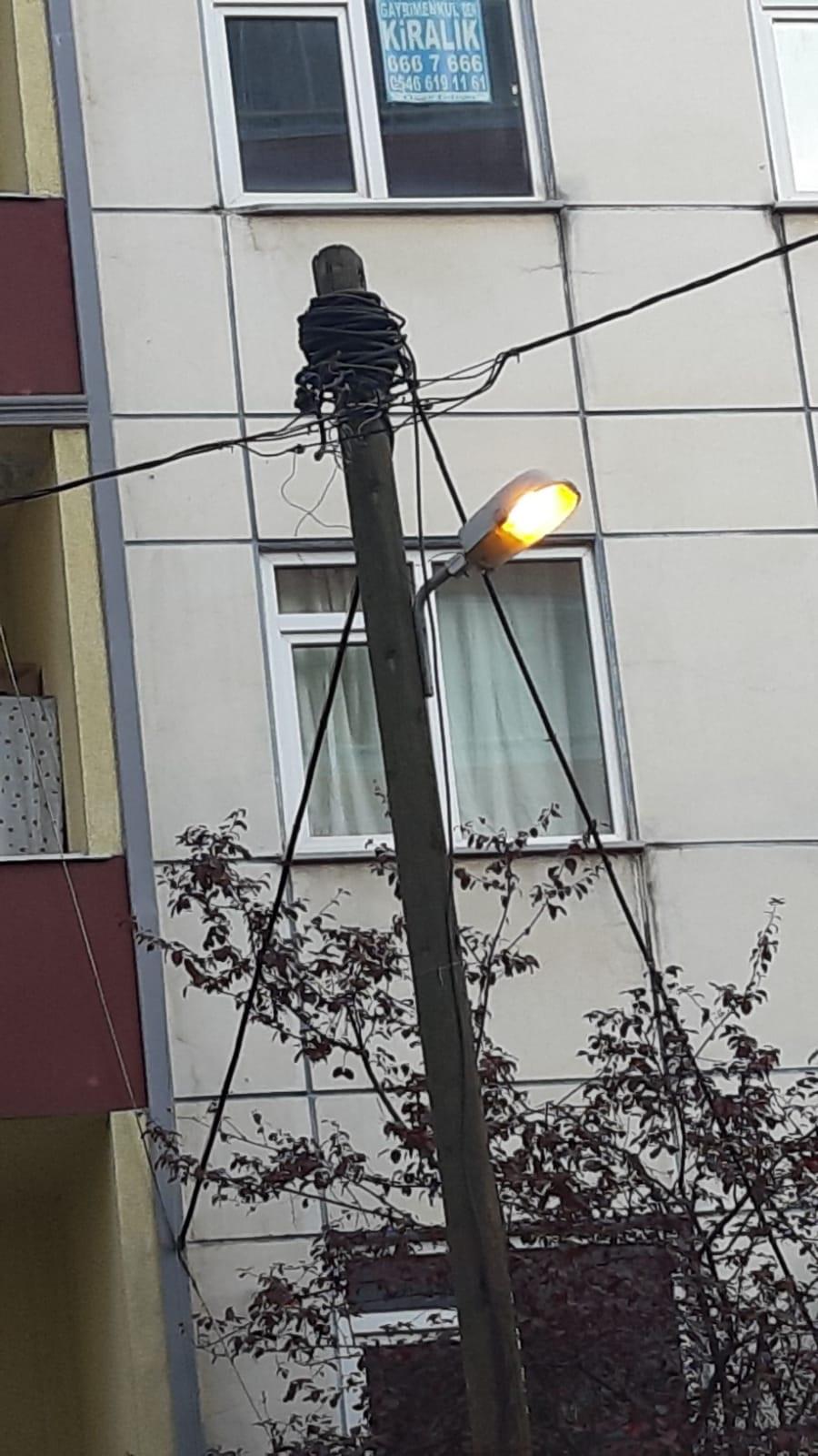 Trabzon'da gündüz yanan sokak lambası dikkat çekti