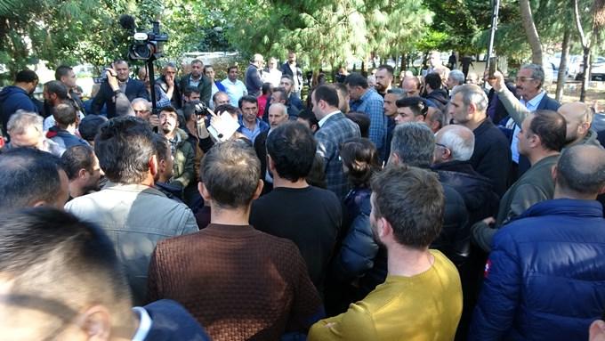 Trabzon Valiliği önünde hareketli anlar! Yaylada evleri yıkılanlar oraya toplandı!