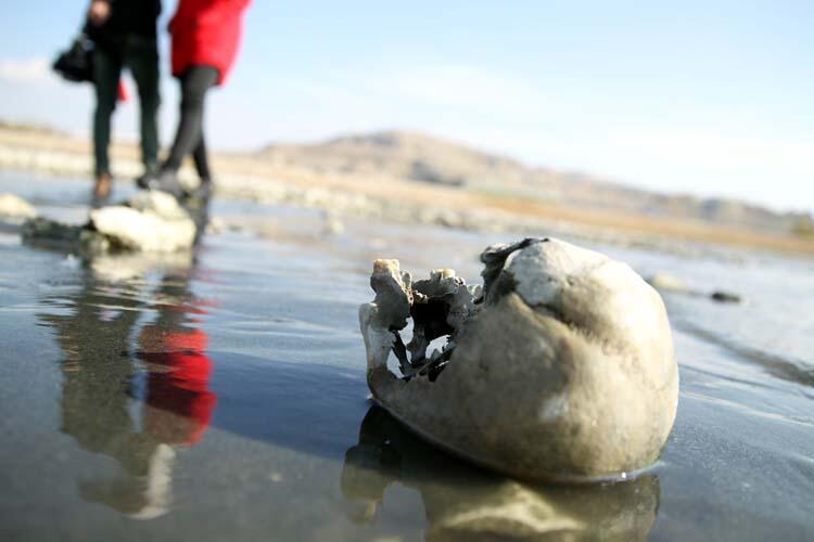 Van gölünde sular çekilince ortaya çıktı - İncelemeler sürüyor...