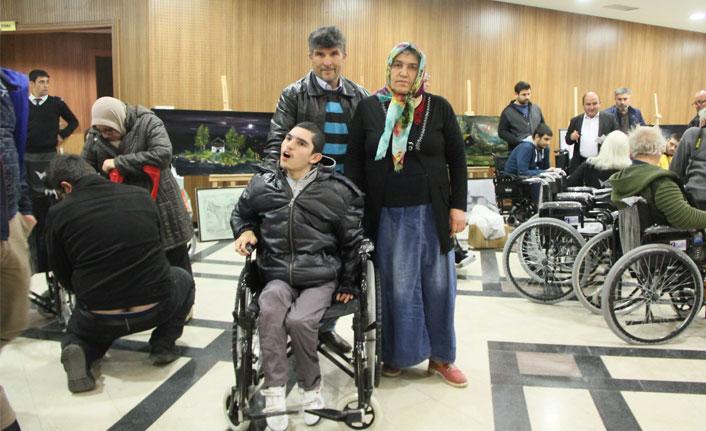 Tekerlekli sandalyesi olmayan oğlunu sırtında taşıdı