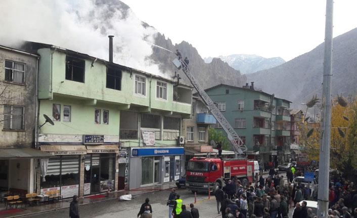 Artvin'de bir bankanın çatısında çıkan yangın korkuttu