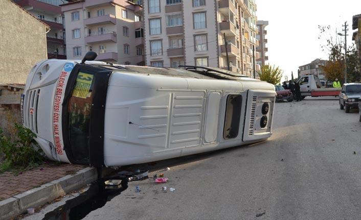 Bilecik'te yolcu minibüsü devrildi
