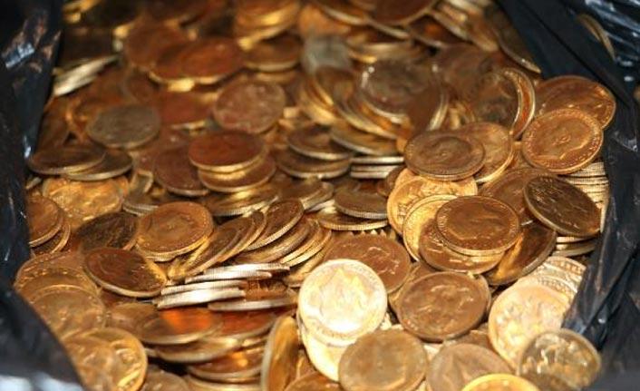 Kat görevlileri, otel odasında poşet dolusu para buldu!