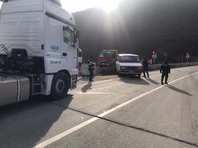 Trabzon plakalı minibüse çarptı - 2 yaralı
