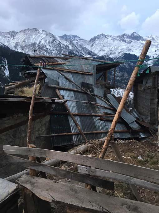 Asırlık köyü fırtına vurdu