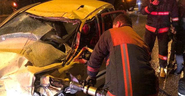Başkent'te 2 araca çarpan otomobilin sürücüsü kabin içinde sıkıştı