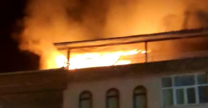 Korkutan yangın - Ahşap çatı katını alevler sardı