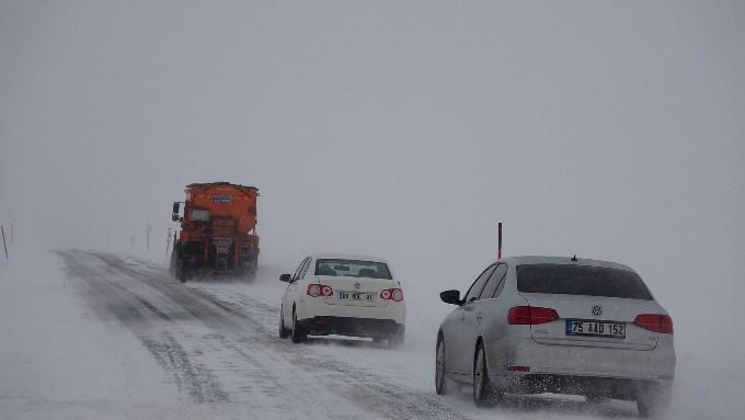 Doğu Karadeniz'deki geçitte ulaşıma kar, tipi ve sis engeli