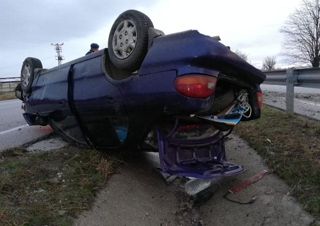 Otomobil orta refüje devrildi