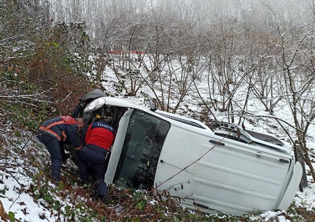 Düzce'de karda yoldan çıkan minibüs şarampole uçtu