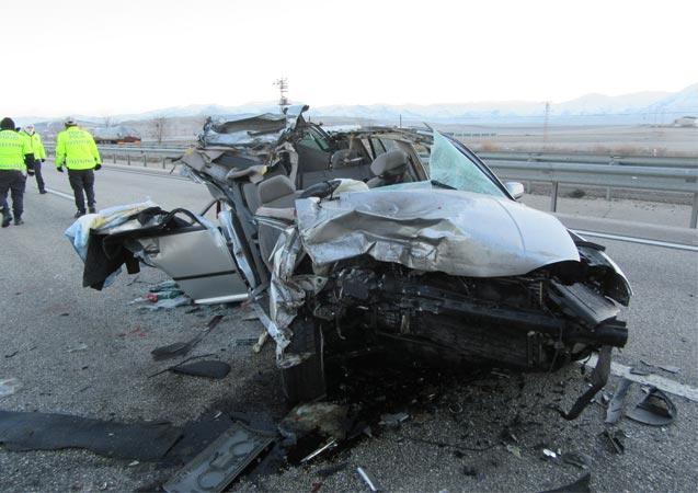 Afyonkarahisar'da otomobil tıra çarptı