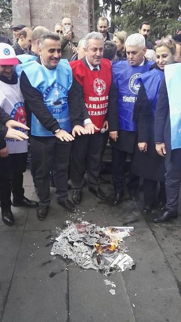 Trabzon'da memurlar bordro yaktı
