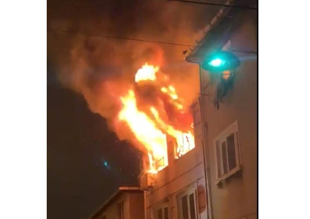 Beyoğlu'nda 5 katlı binada korkutan yangın