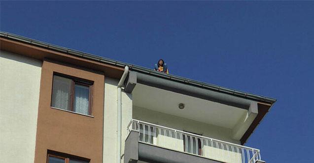 Çatıda duran genç kızı fark etmedi!