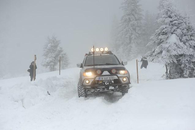 Karda yapılan off-road yarışları nefes kesti