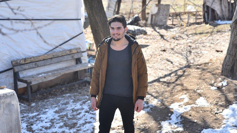 Suriyeli Mahmud elleri ile kazıyarak enkazdan kurtardığı aileyle buluştu